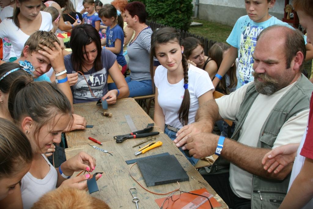 Krasznai Gyula bőrdíszműves oktatja a gyerekeket